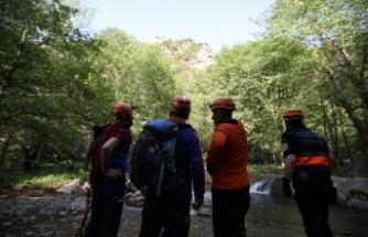 Tam kapanma tedbirlerini ihlal eden kişi polisten kaçmak için tırmandığı kayalıkta mahsur kaldı