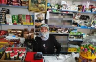 """""""Tırnakçılık"""" yöntemiyle hırsızlık yapan 2 kadın, market sahibinin dikkatiyle yakalandı"""