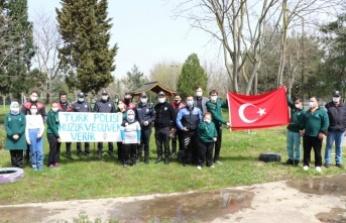 """Kocaeli'de özel öğrenciler """"kavga"""" ihbarına gelen polislere sürpriz kutlama yaptı"""