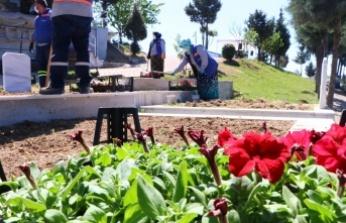 Belediye salgın nedeniyle mezarlıklara gelemeyen vatandaşların yerine Kur'an-ı Kerim okutuyor