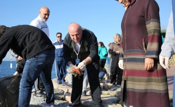 Başkan Bıyık öğrencilerle kıyı temizliği yaptı