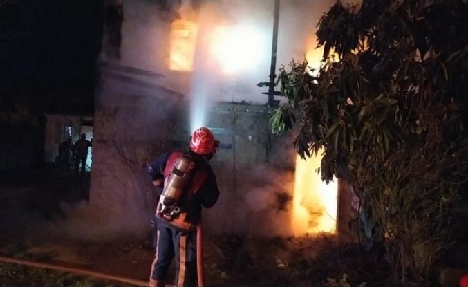 Ahşap ev, yangın sonucu kullanılamaz hale geldi