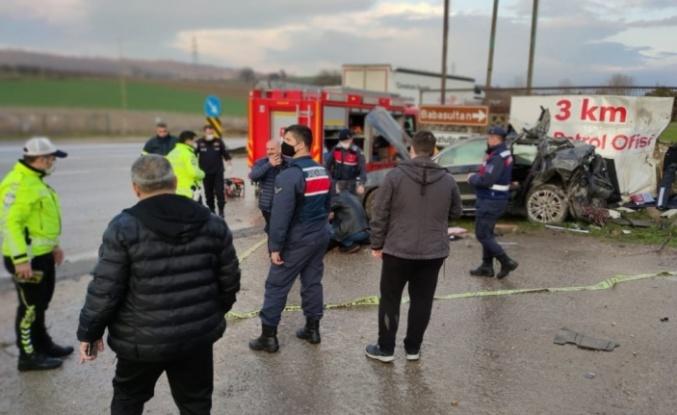 Kontrolden çıkarak fabrika duvarına çarpan otomobilin sürücüsü öldü