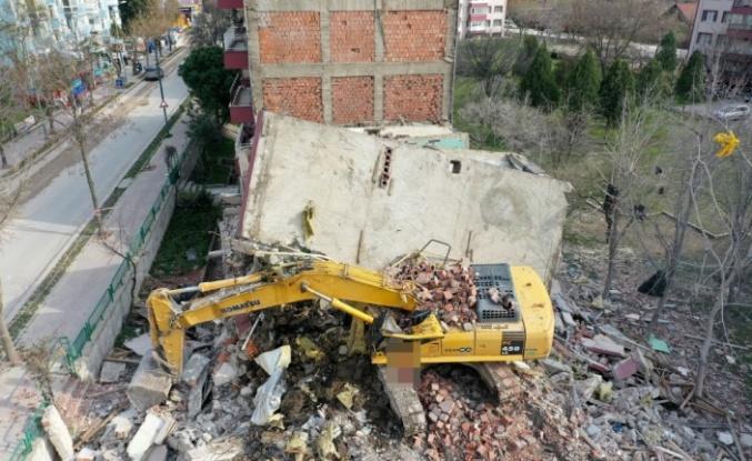 Yıktığı apartmanın parçalarının altında kalan kepçenin operatörü yaralandı