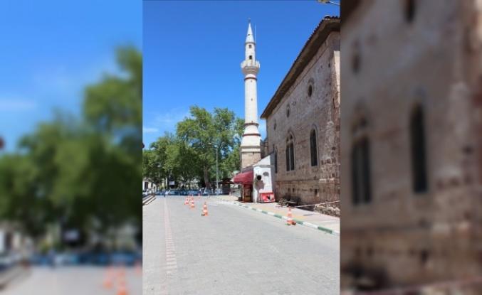 Tarihi caminin minaresinin şerefesi yıkıldı