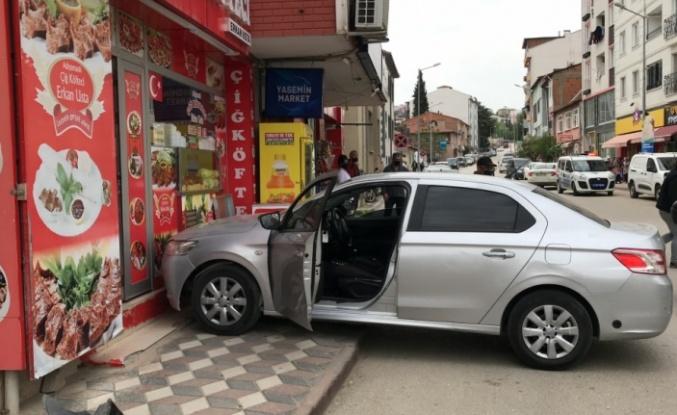 Yayaya çarpan otomobil çiğ köfteci dükkanına vurarak durdu