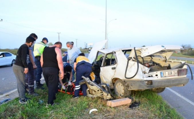 Direğe çarparak 60 metre savrulan otomobilin sürücüsünü emniyet kemeri kurtardı