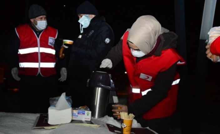 Türk Kızılay gönüllüleri emniyete sıcak ikramda bulundu