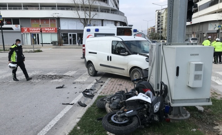 Bursa'da hafif ticari araçla çarpışan motosikletteki trafik polisi yaralandı