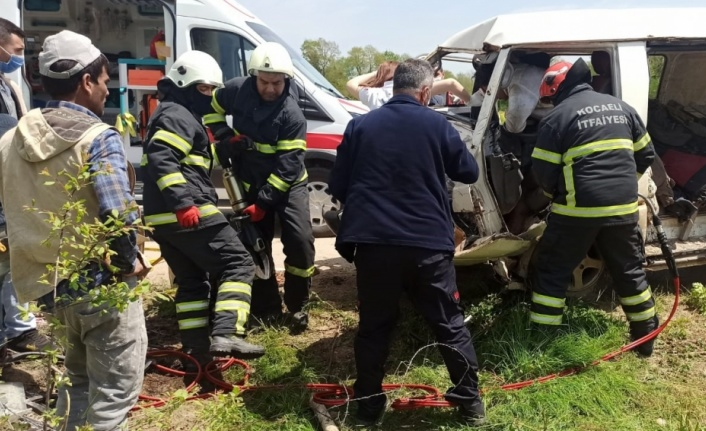 Kocaeli'de işçi minibüsü elektrik direğine çarptı: 5 yaralı