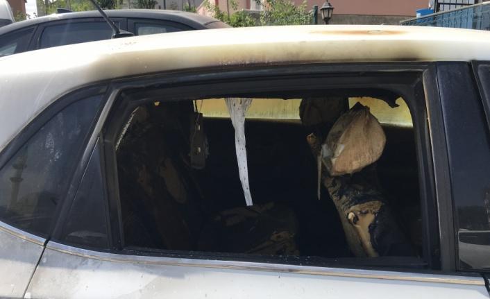 Evinde silahlı saldırıya uğrayan kadın ile eniştesinin kundaklandığı öne sürülen araçları yandı