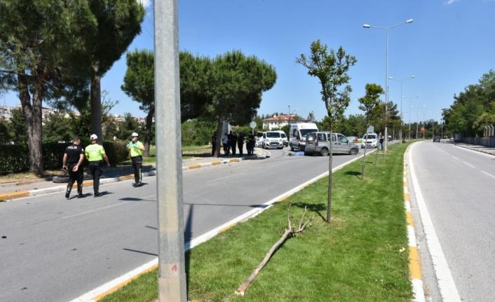 Refüje çarpan hafif ticari aracın sürücüsü öldü