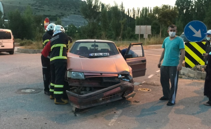 Minibüsle çarpışan otomobildeki 2 kişi yaralandı
