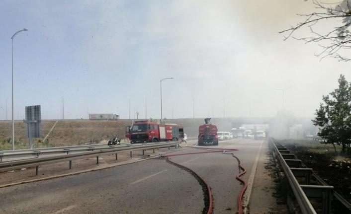 Bursa'da seyir halindeyken alev alan traktöre bağlı saman yüklü römorklar yandı