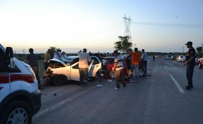 İki otomobilin kafa kafaya çarpışmasıyla 3 kişi ölü, 4 kişi yaralandı