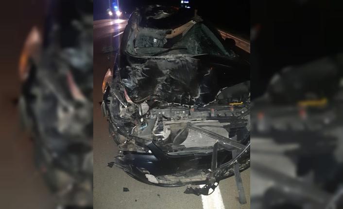 Otomobil mandaya çarptı: 3 yaralı