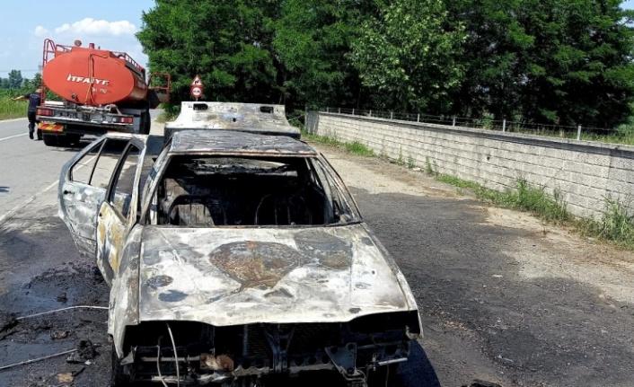 Hendek'te seyir halindeyken yanan otomobil kullanılamaz hale geldi