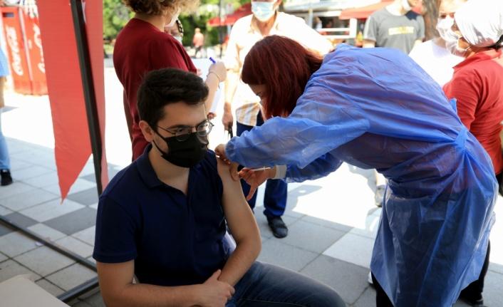 Kırklareli'nde sağlık çalışanlarının aşılanan 18 yaş ve üzerindeki çocuklarından akranlarına