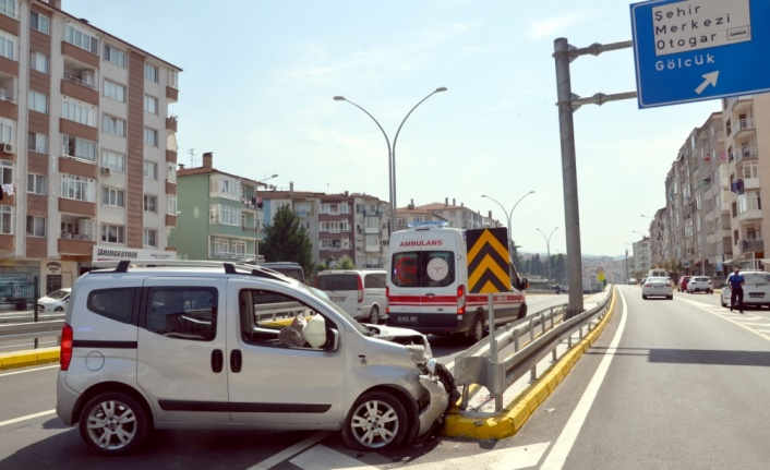 Kocaeli'de refüje çarpan hafif ticari aracın sürücüsü yaralandı