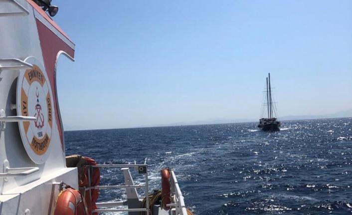 Muğla Datça açıklarında denizde sürüklenen gulet kurtarıldı
