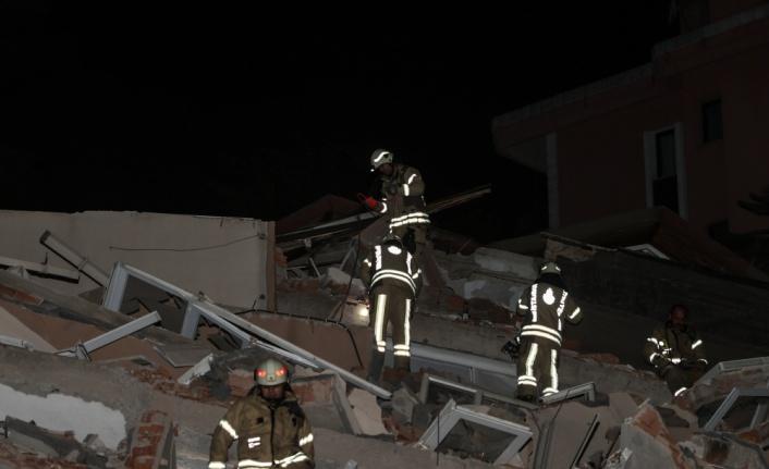 Sarıyer'de 11 katlı boş bina çöktü, park halindeki 3 otomobil hasar gördü
