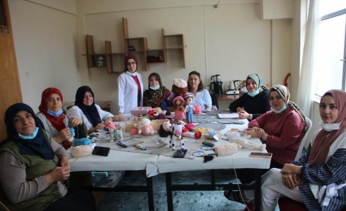 Kadın kursiyerler el emeği ürünlerini internetten satarak ev ekonomisine katkı sağlıyor
