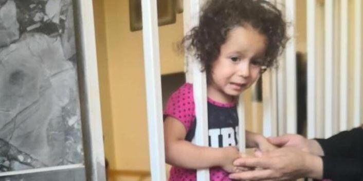 Kafası demir korkuluğa sıkışan çocuk kurtarıldı