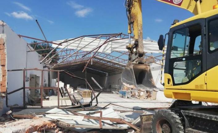 Kaçak fabrika binası yıkıldı