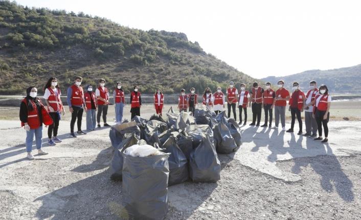 Genç Kızılay üyeleri baraj çevresine atılan çöpleri topladı