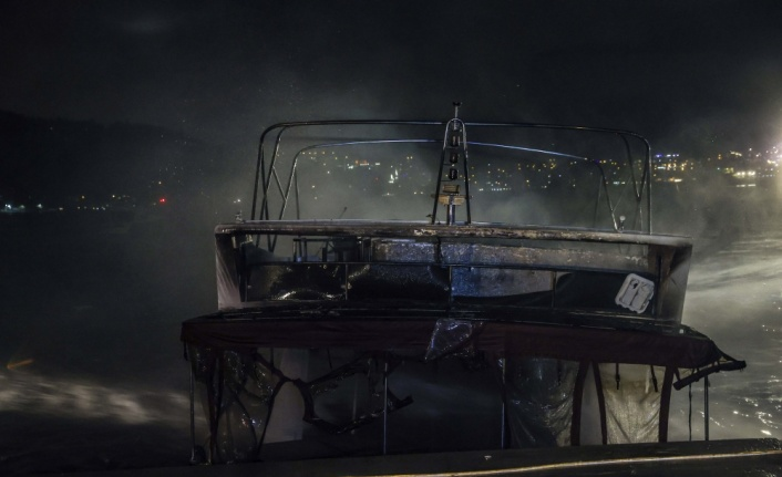 İçinde yangın çıkan tekne söndürme çalışmaları sırasında battı