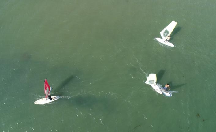 Sörf tutkunları denizin ve rüzgarın keyfini çıkarıyor