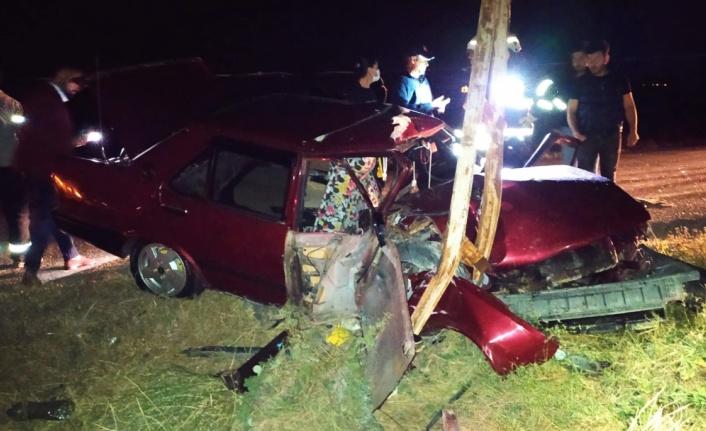 Elektrik direğine çarpan otomobilin sürücüsü ağır yaralandı