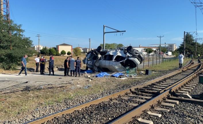 Yük treni işçileri taşıyan minibüse çarptı: 4 ölü, 7 yaralı