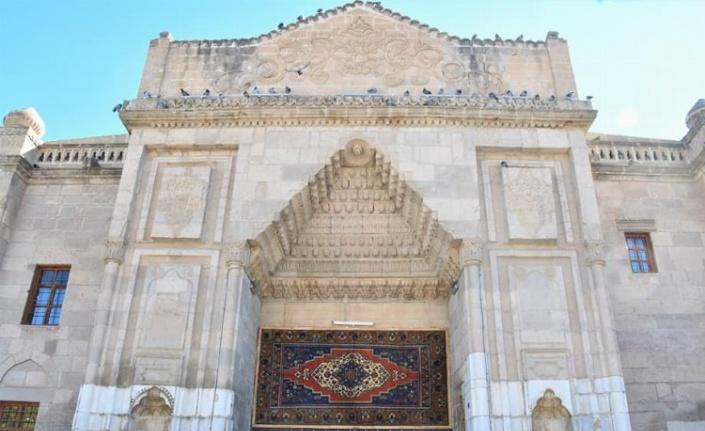 Aksaray Ulu Cami girişine Taşpınar halısı asıldı