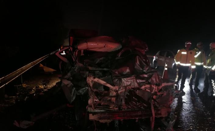 Anadolu Otoyolu'nda tırla çarpışan kamyonetin sürücüsü hayatını kaybetti