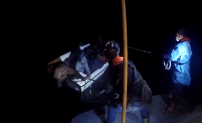 Balıkesir açıklarında Türk kara sularına itilen 8 düzensiz göçmen kurtarıldı