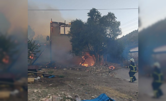 Bilecik'te 2 katlı ahşap ev yandı