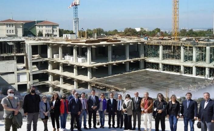Bursa İnternet Gazetecileri Derneği üyeleri Osmangazi Meydanı şantiyesini gezdi