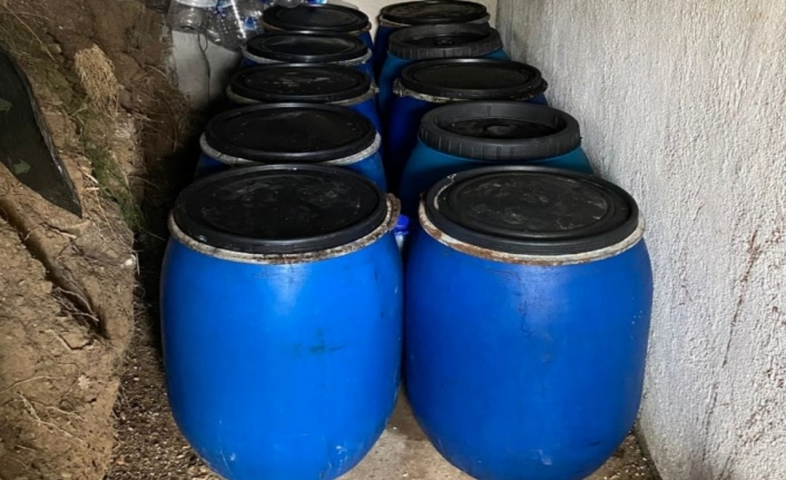 Çanakkale'de bağ evinde 3 bin 235 litre sahte içki bulundu