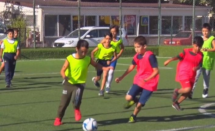 """İzmir Aliağa'da """"Cumhuriyet Kupası Okullar Arası Futbol Turnuvası"""" başladı."""