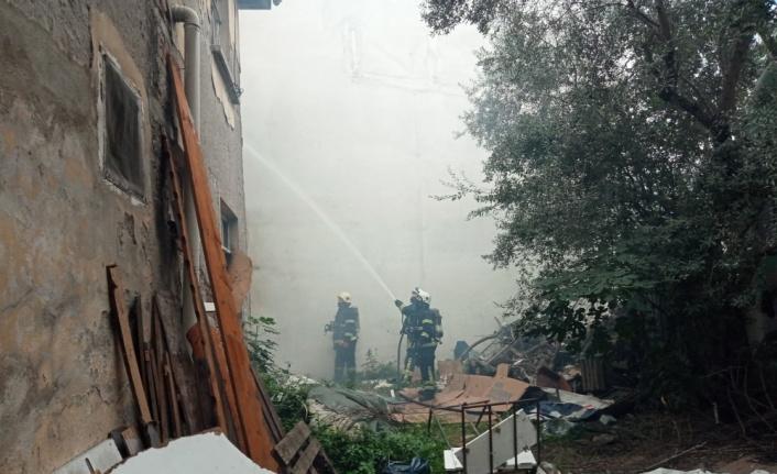Gölcük'te 2 katlı binada çıkan yangın söndürüldü