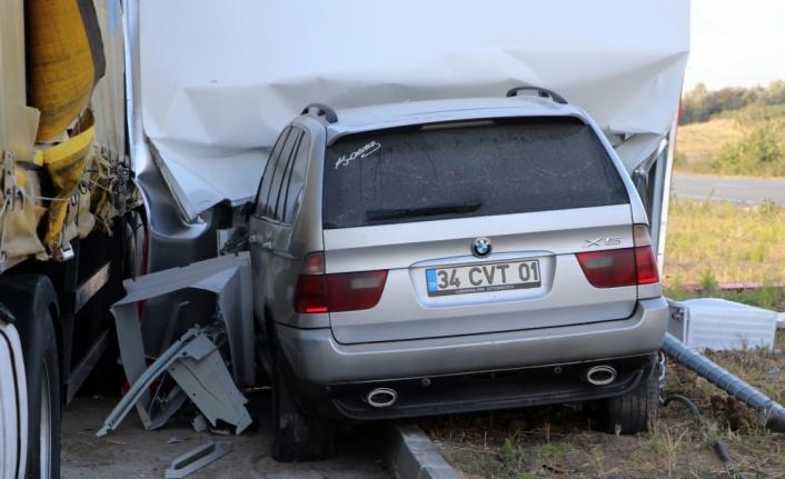Otomobil, tır ve ATM'ye çarpan cipteki 2 kişi yaralandı