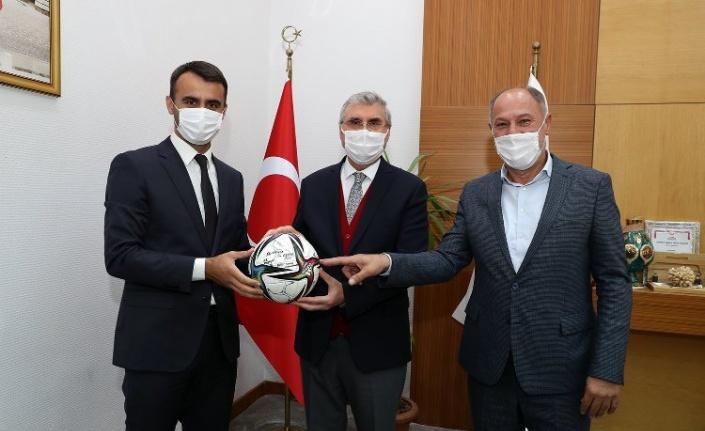 Sakaryalı Hakem Karaoğlan, Başkan Yüce'ye futbol top hediye etti