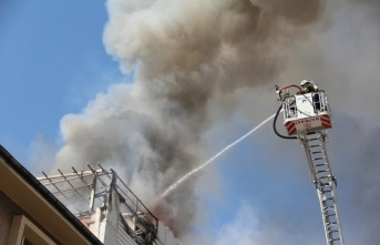 Mağazanın çatısında çıkan yangın hasara yol açtı