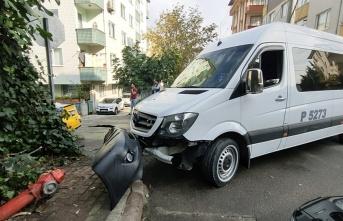 Gebze'de servis minibüsü ile çarpışan taksinin sürücüsü yaralandı