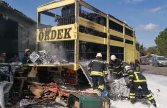 Gebze'de plastik kasa yüklü kamyonda çıkan yangın söndürüldü