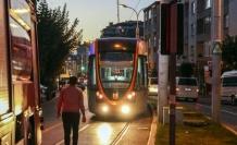 Servis aracı tramvay yoluna devrildi