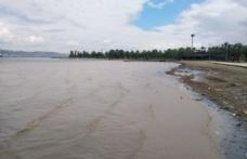 Gölcük'te yağış sonrası oluşan çamurlu su denizin rengini değiştirdi