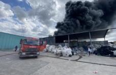 Geri dönüşüm fabrikasında çıkan ve palet üretim tesisine sıçrayan yangın söndürüldü
