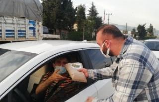 AK Partili gençler trafikte kalan vatandaşlara iftarlık...